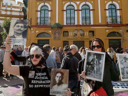 Varios de los manifestantes contra la presencia de Queipo de Llano en la basílica de la Macarena, en Sevilla. En vídeo, sus declaraciones.