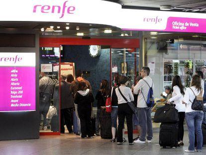 Venta de billetes de Renfe en la estación de Atocha de Madrid.