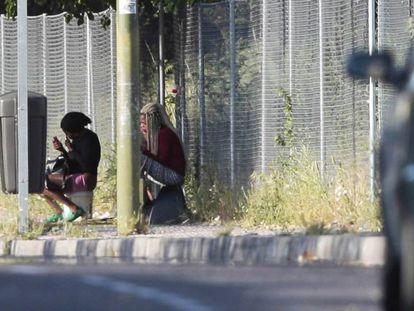 Dos prostitutas en el polígono Marconi, Madrid, el pasado sábado.