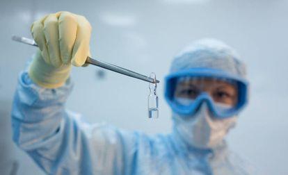 Una investigadora sostiene una dosis de la vacuna experimental rusa Sputnik V, desarrollada por el Instituto Gamaleya, en Moscú.