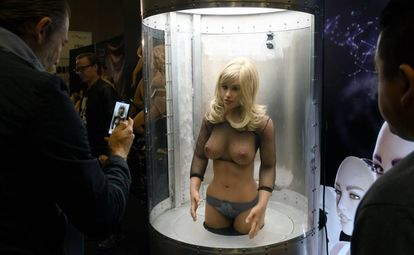 Asistentes a la feria 2020 AVN Adult Entertainment Expo, en Las Vegas, observan una muñeca-robot sexual customizable Harmony RealDoll.