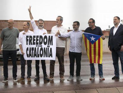 Algunos de los líderes catalanes indultados al salir de la prisión de Lledoners.