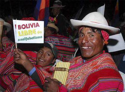 Indígenas celebran la proclamación de la erradicación del analfabetismo en Bolivia durante un acto público en Cochabamba.
