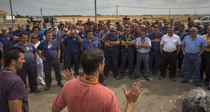 Los trabajadores de la base de Morón, en una concentración en el recinto.