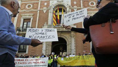 Protesta ante el arzobispado de Valencia por las críticas de Cañizares a los refugiados.