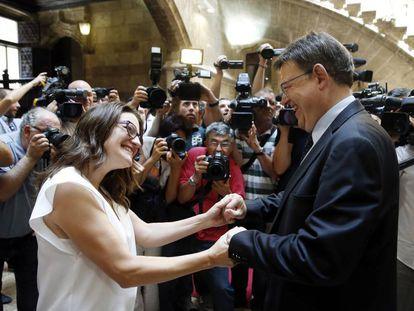 Mónica Oltra y Ximo Puig tras anunciar el Gobierno valenciano 'mestizo' en junio de 2015.
