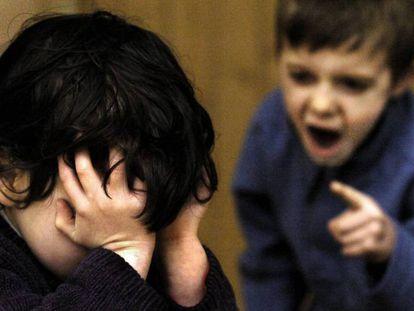 Un niño increpa a otro menor.