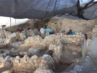 Los arqueólogos trabajan en el área donde han sido localizados los restos de Gat.