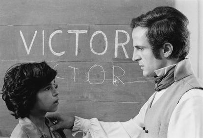 El niño Jean-Pierre Cargol junto a Truffaut, que interpretó al profesor de su película 'El pequeño salvaje'.