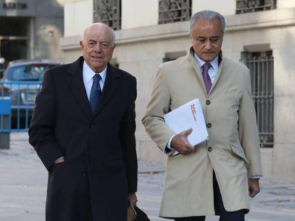 El expresidente del BBVA, Francisco González (a la izquierda), a su llegada a la Audiencia Nacional, este lunes.