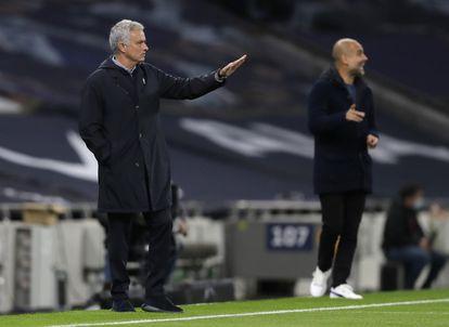 José Mourinho (izquierda) y Pep Guardiola, este sábado en la banda del Tottenham Hotspur Stadium durante el partido entre el Tottenham y el City.