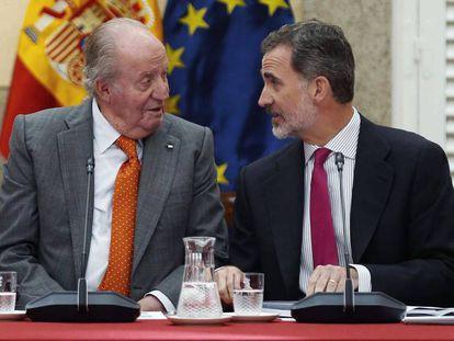 Felipe VI, junto a su padre, Juan Carlos I, en mayo de 2019.