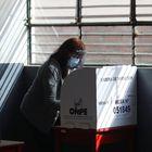 El miedo al contagio ha complicado las primeras horas de la votación y tres horas después de haber abierto los colegios más de un 20% de las mesas electorales seguían cerradas.