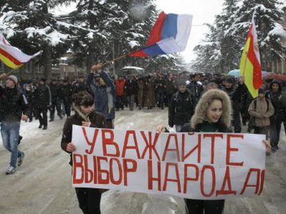 Manifestación a favor de la candidata a la presidencia Alla Dzhioeva.