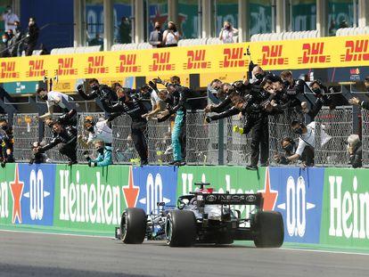 Lewis Hamilton celebra su triunfo en Portimao con los miembros de su escudería
