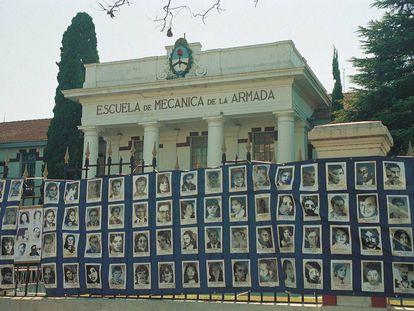 Fotos de desaparecidos sujetas en la reja de acceso de la Escuela Superior de Mecánica de la Armada (ESMA).