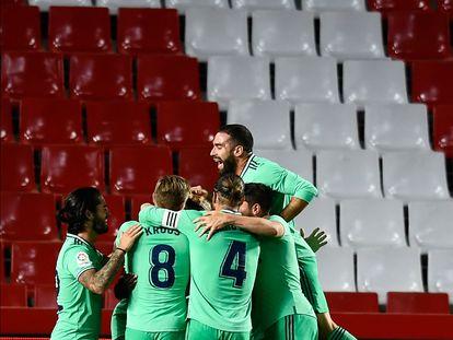 Los jugadores del Real Madrid celebran el gol de Mendy el lunes al Granada.