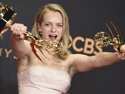 La actriz Elisabeth Moss cpn los premios que recibió en los Emmy el pasado 17 de septiembre por su interpretación en la serie 'The Handmaid's Tale'.