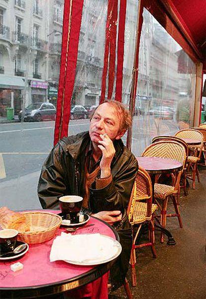 El escritor Michel Houellebecq, en un café parisiense.
