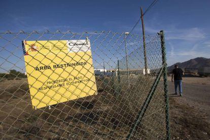 Valla que la limita la zona contaminada por la caída de cuatro bombas nucleares hace 52 años en Palomares.