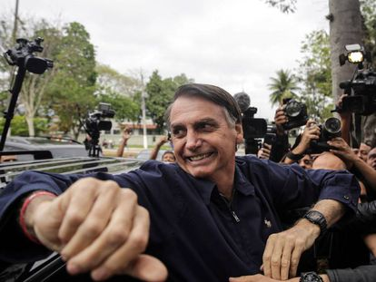 El candidato ultraderechista Jair Bolsonaro tras emitir su voto.