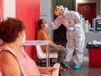 Un sanitario hace una prueba PCR a una mujer en un centro de salud de Lorca, el martes pasado.