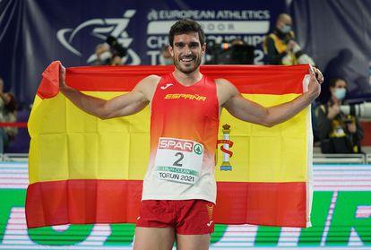 Jorge Ureña celebra con una bandera de España su segundo puesto en heptatlón en los Europeos de Torun (Polonia).
