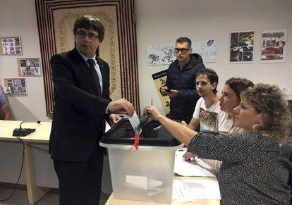 El presidente de la Generalitat, Carles Puigdemont, vota este domingo en el referéndum de independencia.