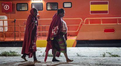 Una mujer embarazada llega al puerto de Málaga tras ser rescatada en octubre de 2018.