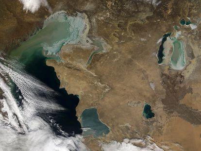 La imagen desde el espacio muestra al Caspio cubierto parcialmente por las nubes. A la derecha, lo que queda del Aral, fragmentado en dos partes.