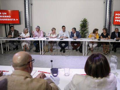 Pedro Sánchez al comienzo de la reunión con miembros de organizaciones del mundo rural en Madrid.