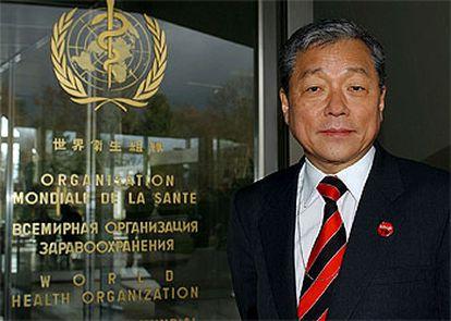Jong-wook Lee, tras ser elegido ayer director general de la OMS, en la sede de la organización en Ginebra.