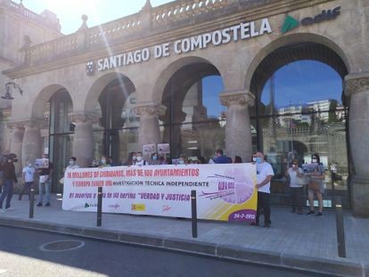 Víctimas del accidente del Alvia de 2013 antes de manifestarse en el séptimo aniversario del siniestro.