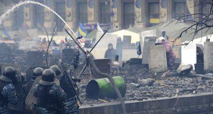 Policías antidisturbios y opositores se enfrentan este miércoles en Kiev.