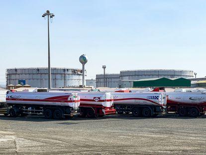 Camiones de combustible estacionados cerca de los silos en la instalación petrolera de Saudi Aramco en la ciudad de Jeddah en el Mar Rojo de Arabia Saudí, este martes.