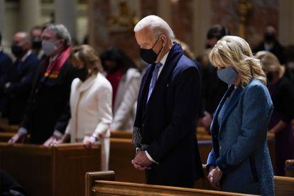 El presidente Joe Biden y su esposa, Jill, asisten a misa el día de su toma de posesión, el 20 de enero, en Washington.