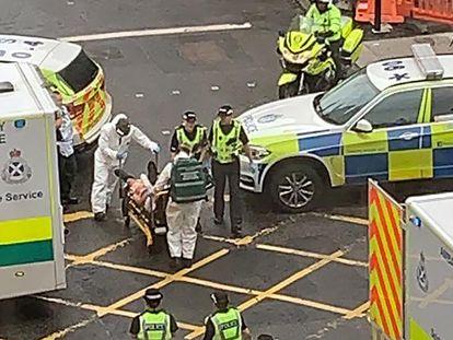 Los servicios de emergencia trasladan a uno de los heridos, este viernes, en Glasgow.