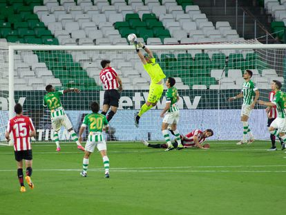 Claudio Bravo intenta atajar un balón