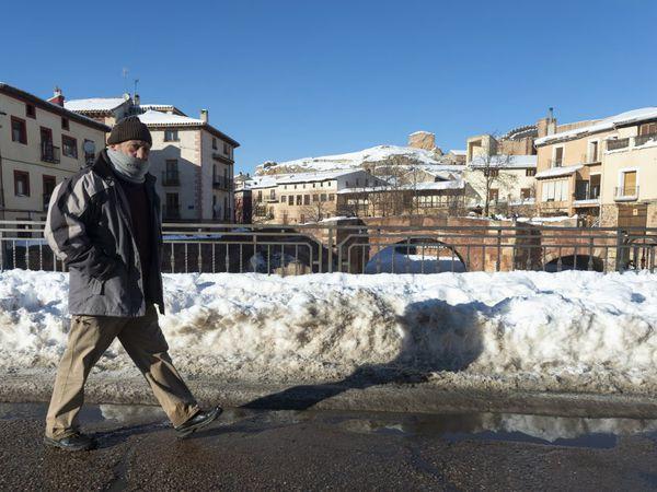 Un hombre camina por una calle de Molina de Aragón, este martes. En esta estación, la de Molina de Aragón, que acumula datos desde 1949, la temperatura de la pasada madrugada, -25,2ºC, es la más baja desde 1963 y la tercera más baja desde que tiene registros.