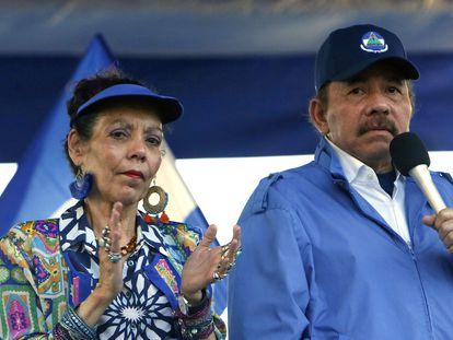 En esta foto de archivo del 5 de septiembre de 2018, el presidente de Nicaragua, Daniel Ortega, y su esposa, la vicepresidenta Rosario Murillo, encabezan un mitin en Managua, Nicaragua.