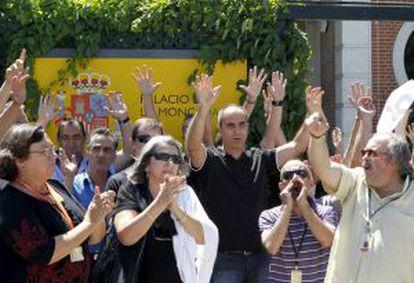 Funcionarios del Palacio de La Moncloa se manifiestan en protesta por los nuevos recortes anunciados por el Ejecutivo de Mariano Rajoy.
