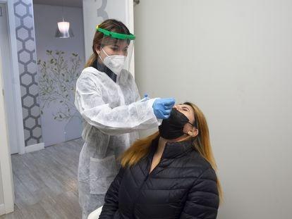 Una trabajadora sanitaria realiza un test de antígenos a una taxista de la Comunidad de Madrid.