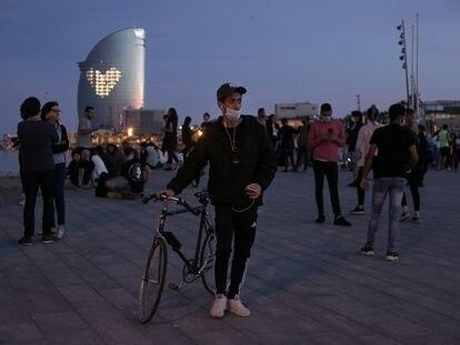 Varios jóvenes, en el paseo maritimo de Barcelona, en una imagen de archivo.