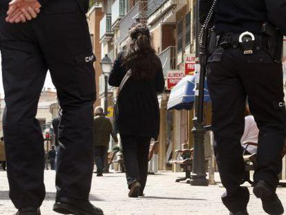 Una mujer maltratada con escolta policial.