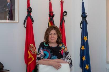 La alcaldesa de Alcorcón, Natalia de Andrés, en su despacho delante de las banderas con crespones negros