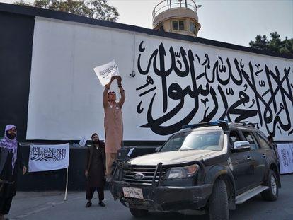 Mural pintado por los talibanes con el que han cubierto el anterior, del grupo afgano ArtLords, en el muro de la embajada de Estados Unidos.