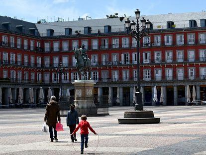 Viandantes en la Plaza Mayor de Madrid el 26 de abril