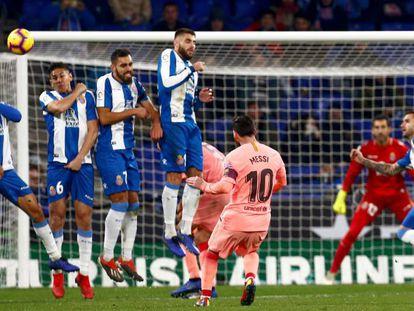 Messi marca su segundo gol de falta ante el Espanyol.