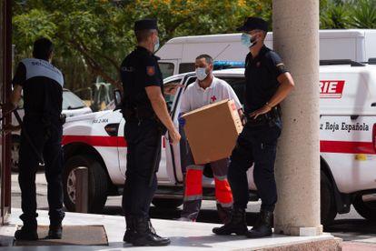 Un miembro de la Cruz Roja lleva material sanitario al Centro de Acogida, Emergencia y Derivación de la organización en Málaga.