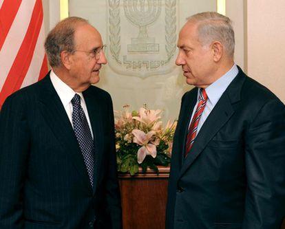 George Mitchell (izquierda) y Benjamín Netanyahu, en Jerusalén en septiembre pasado.